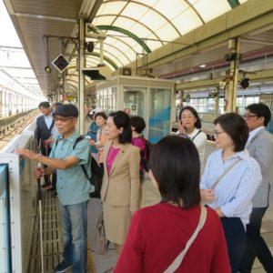 桜木町駅のホームドアを視察